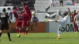 Bola bate no braço de jogador do Internacional dentro da área e arbitragem ignora