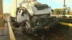Colisão entre caminhões deixa motorista ferido em praça de pedágio em Sales Oliveira, SP