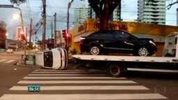 Táxi capota após acidente na Zona Oeste do Recife