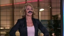 """Nadia Comaneci brinca e """"coloca"""" bigode de Mark Spitz"""