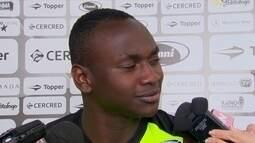 """Atacante do Botafogo é parado em blitz e policial duvida: """"você não é o Sassá"""""""