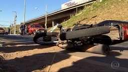 Motociclista morre após batida com carro dos bombeiros em Belo Horizonte