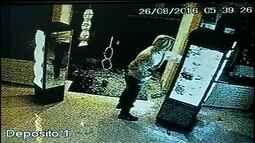 Quadrilha estoura vidros e prateleiras para furtar objetos de ótica; veja vídeo