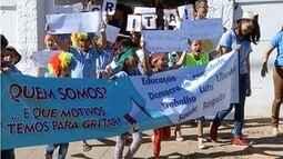 Jovens alunos saem às ruas para pedir por um país melhor