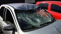 Jovem é preso suspeito de atropelar 3 motociclistas em semáforo, em GO