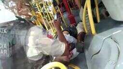 Polícia investiga assalto que resultou em duas mortes dentro de ônibus no Jacintinho