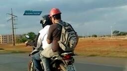 Imagens mostram passageiro de motocicleta com capacete de obras no DF