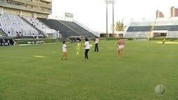 Crianças utilizam gramado do Frasqueirão para soltar pipa