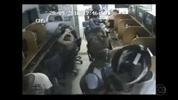 Assaltantes armados roubam clientes de uma lan house em Seropédica