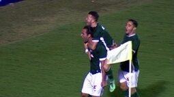 Gol do Goiás! Léo Gamalho marca de pênalti, aos 7 do 2º tempo