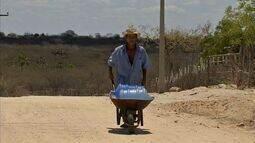 Com mais grave seca das últimas décadas, agricultores do Ceará buscam água longe
