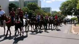 Vaqueiros e adeptos da vaquejada protestam contra proibição da mobilidade pelo STF