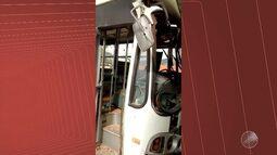 Ônibus escolar desce ladeira desgovernado e atinge duas casas em Tremedal