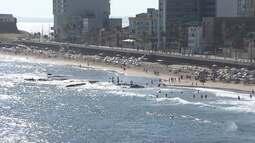 Praia do Porto da Barra fica cheia em plena segunda-feira, por causa do calor