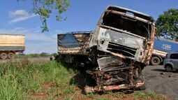Pais e bebê gêmeo morrem após carro partir ao meio e carreta explodir