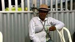 Servidora de Aracaju se acorrenta em forma de protesto