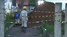 Funcionários seguem no trabalho de retirada da nafta que vazou de duto na Zona Leste