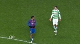 Antes de deixar o campo, Neymar encara mais uma vez Lusing aos 31' do 2º