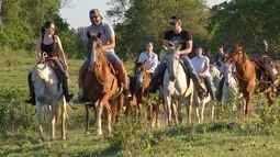 Turistas vão para o campo pelo prazer de cavalgar