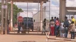 Familiares de presos reclamam que não conseguem deixar alimentos em presídio de RR