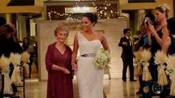 Noiva deixa de lado a tradição e entra na igreja acompanhada da avó