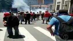 Servidores protestam contra pacote e bombas são jogadas em frente à Alerj