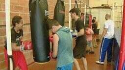 Projeto social que ensina boxe para crianças de Araraquara corre risco de fechar