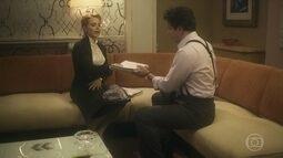 Julia desmascara o pai e entrega documentos para Saulo
