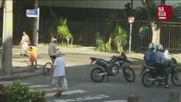 Telespectador faz flagrante de motoqueiros assaltando pedestres no Rio de Janeiro