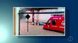 Bombeiros enfrentam enchente para resgatar motorista ilhado na Serra