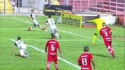 Ceará chega com perigo na área, mas zaga do Inter afasta o perigo aos 13 do 1º tempo