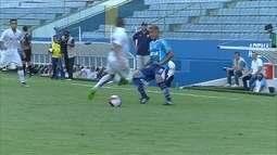 Zagueiro do Santos fira feio ao tentar afastar a bola, aos 10' do 2º tempo