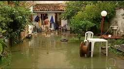 Chuva causa queda de árvores e muro em Búzios; famílias saíram de casa
