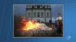 Devotos participam da tradicional queima de fitinhas do Bonfim