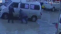 Gêmeas são atropeladas em acidente impressionante na China