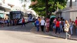 Passageiros enfrentam ônibus lotados em Macaé, no RJ