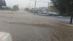 Chuva forte causa alagamentos em avenida de Matão, SP