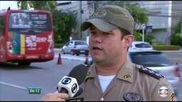 Polícia Militar cadastra ambulantes na Av. Agamenon Magalhães, no centro do Recife