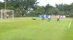 Sobis recebe na área e faz o terceiro do Cruzeiro, em jogo-treino na Toca