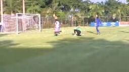 Ábila recebe na área e marca o sétimo gol do Cruzeiro, em jogo-treino na Toca da Raposa