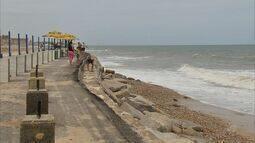 Ressaca do mar destrói parte da orla de Icaraí, no litoral cearense