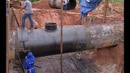 Funcionários da Cosanpa consertam tubulação para retomar abastecimento em Belém