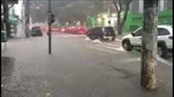 Forte chuva enche ruas e causa prejuízos em São Paulo