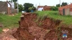 Moradores do Jardim Tangarás reclamam de falta de asfalto e ruas esburacadas