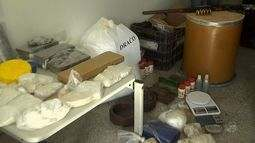 Polícia prende três pessoas e fecha laboratório de drogas