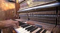 Afinador de pianos precisa ter ouvidos treinados