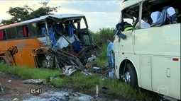 Oito pessoas morrem em acidente entre dois ônibus em SP