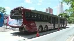 Acidente envolvendo dois ônibus fere quatro pessoas na zona sul da capital