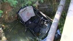 Carro com sete pessoas cai de ponte em Sorocaba; três pessoas morreram