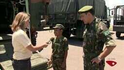 Menino que escreveu carta entra em carro do Exército, no ES